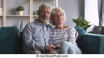 para, bonding, aparat fotograficzny, sofa, senior, patrząc, poważny, szczęśliwy