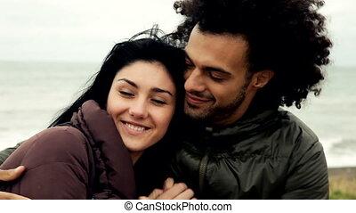 para całująca, przytulając