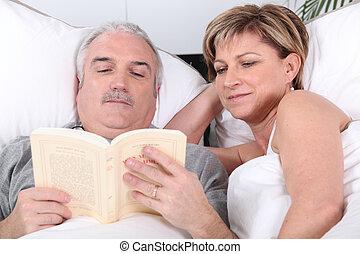 para, czytanie, wiek średni, łóżko
