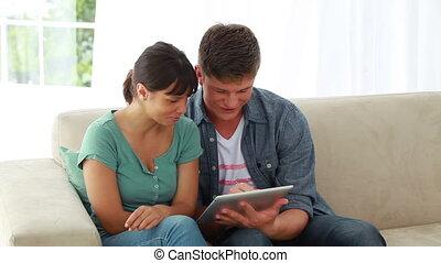 para, ebook, używając, uśmiechanie się, razem
