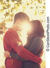 para, gonna, całowanie, w parku, na, sunset., fotografia, w, multicolor, wizerunek, style.