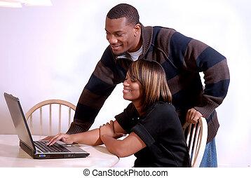 para, komputer, oglądanie telewizji, afrykańska-amerikanka