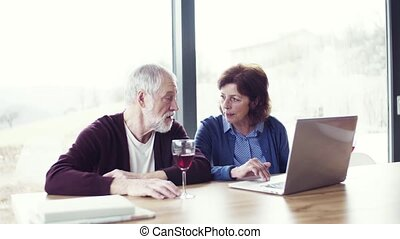 para, laptop., być w domu, portret, używając, senior, dom, wino