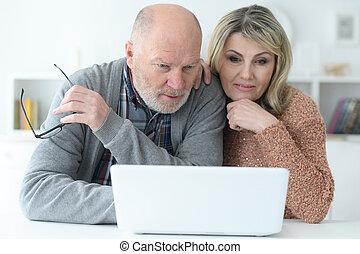 para, laptop, senior