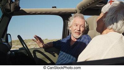 para mówiąca, senior, plaża, wóz