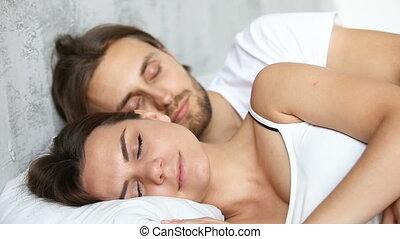 para, młody, łóżko, płótno, obejmowanie, biały, spanie, leżący