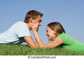 para, młody, śmiech, outdoors, zabawa, posiadanie, szczęśliwy