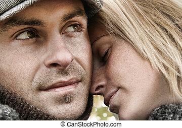 para, miłość, młody, obejmowanie