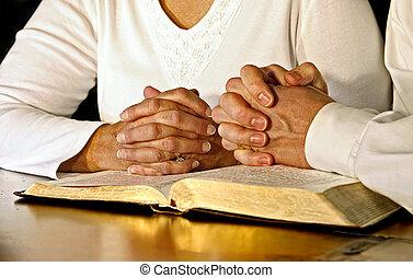 para, modlący się, z, święta biblia