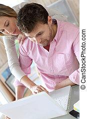 para na domu, używający laptop, komputer