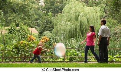 para, odegrajcie piłkę, z, córka, blisko, płot, w parku