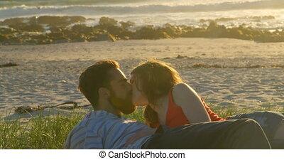 para, piękny, na dół, leżący, całowanie, plaża, romantyk, 4k