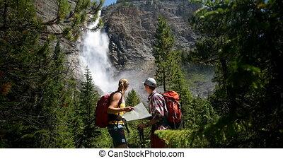 para, plecak, prospekt, patrząc, las, kaukaski, gęsty, mapa...