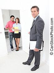 para, pośrednik kupna i sprzedaży nieruchomości, młody