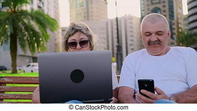 para, posiedzenie, laptop, park, znowu, używając, krzesło, senior