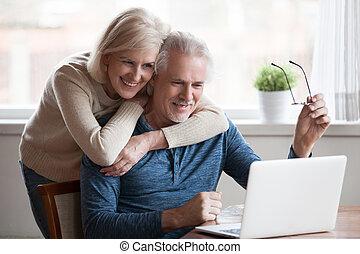 para, razem, środek, obejmowanie, używając, senior, sędziwy, laptop, szczęśliwy