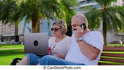 para, słoneczny, laptop, park, używając, senior, dzień