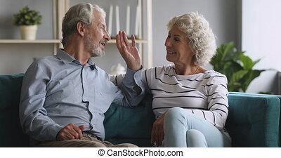 para, szczęśliwy, mówiąc, senior, odprężając, dziadkowie, leżanka, posiedzenie, śmiech