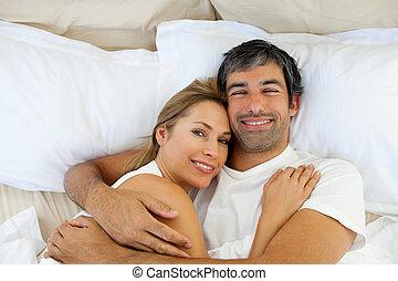 para, uśmiechanie się, leżący, obejmowanie, łóżko