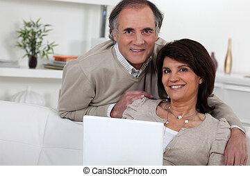 para, wiek średni, laptop