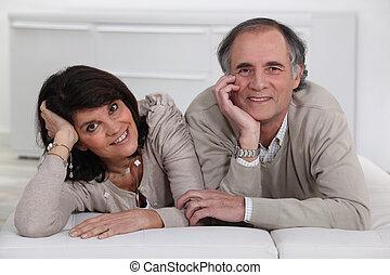 para, wiek średni, leżący, futon