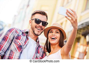 para, zrobienie, ujmując, kąt, szczęśliwy, młody, niski, prospekt, razem, selfie, reputacja, outdoors, kochający, moment., znowu