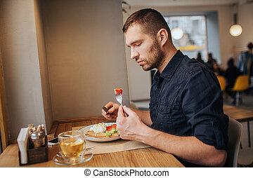 paradicsom, film, darab, ülés, fork., azt, eating., látszó, sight., ember, súlyos, asztal, pasas, kap, ő