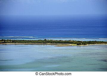 paradisaic, île tropicale, à, turquoise, eaux, sable blanc, plage, et, profond, bleu, sky.
