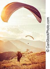 paragliding , αδιάλλακτος αγώνισμα , με , βουνά , αναμμένοσ φόντο , δυναμωτικός lifestyle , και , ελευθερία , γενική ιδέα , καλοκαίρι , άδεια