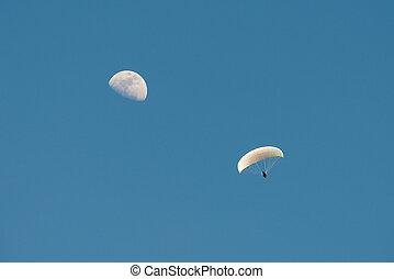 paragliding, mit, mond, in, der, blauer himmel