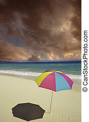 paraguas playa, cielo nublado