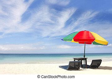 paraguas, y, sillas, en, playa de arena