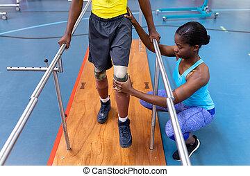parallèle, aider, handicapé, centre, homme, promenade, sports, kinésithérapeute, barres