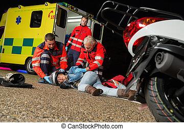 paramédico, ajudando, ferido, motocicleta, motorista