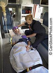 paramédico, con, paciente en ambulancia
