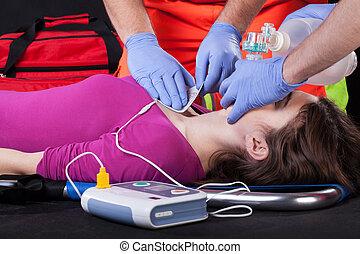 paramédico, defibrillator, paciente, usando