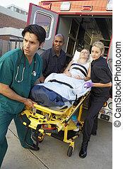 paramédico, e, doutor, descarregando, paciente, de, ambulância
