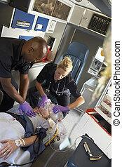 paramédicos, amaestrado, cpr, en, paciente en ambulancia