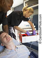 paramédicos, con, paciente en ambulancia