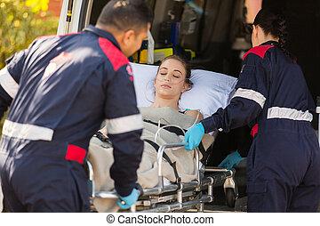 paramédicos, toma, ambulancia paciente