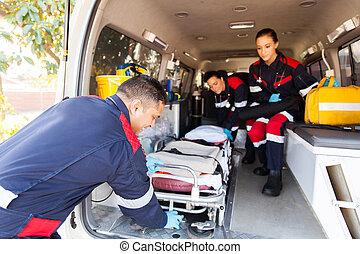 paramédicos, toma, camilla, afuera, ambulancia