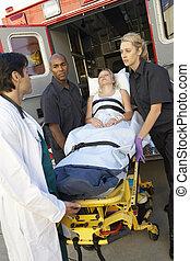 paramédicos, y, doctor, descargar, paciente, de, ambulancia