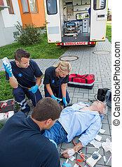 paramedics, behandler, beskadiget, mand, på, gade