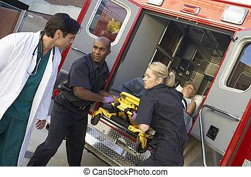 paramedics, e, dottore, scarico, paziente, da, ambulanza