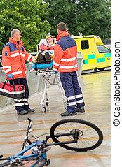 paramedics, met, vrouw, op, brancard, ambulance, hulp