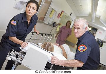 paramedics, ziekenhuis, patiënt, toesnellen, noodgeval