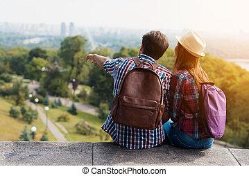 parapet., モデル, 恋人, 若い, 彼ら, 距離。, 観光客, 見なさい