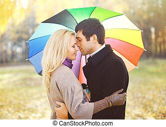 parapluie, coloré, couple, parc, jeune, étreindre, automne, portrait, aimer