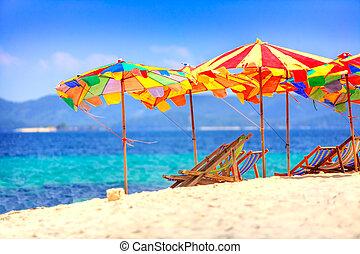 paraplu's, aan het strand