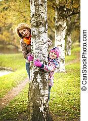 parc, arbre, automne, derrière, mère, girl, dissimulation